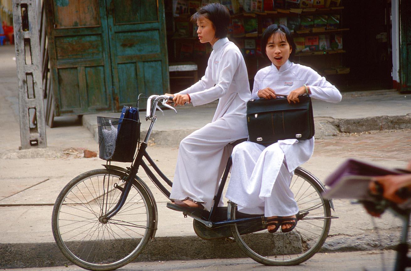 vietnam-school-uniform-ao-dai-bike
